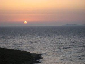 Güneşin batışını böyle seyrederken düşüncelere dalmaz da ne yapar bir insan?